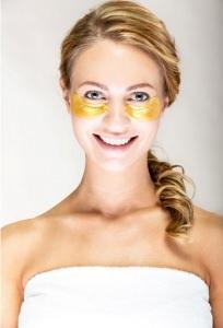 Kultakollageeni kasvohoito, silmänympärysnaamion voit valita minkä tahansa hoidon yhteydessä.
